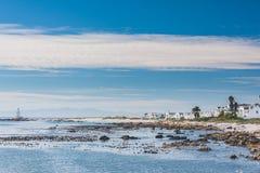 沿坚固性海岸的海边逃走 库存照片