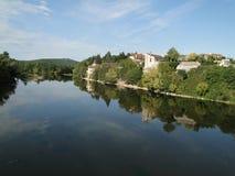 沿城堡dordogne中世纪河 免版税库存照片
