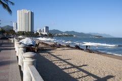 沿城市海滩的看法,与高层建筑物在背景中 库存图片
