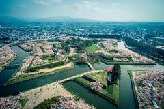 沿堡垒Goryokaku护城河的樱桃树如被看见从Goryokaku塔,函馆,北海道,日本在春天 免版税库存图片