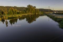 沿堤的一日落天 免版税库存照片