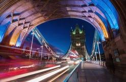 沿塔桥梁的光足迹在伦敦 免版税库存图片