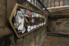 沿墙壁的Grassmarket标志在爱丁堡 库存照片