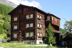 沿多尔夫的古老传统瑞士山中的牧人小屋 Tasch 免版税库存照片