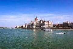 沿多瑙河的匈牙利国会大厦在布达佩斯,匈牙利的首都 免版税库存图片