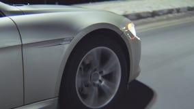 沿夜街道的汽车驱动在冬天城市特写镜头 影视素材