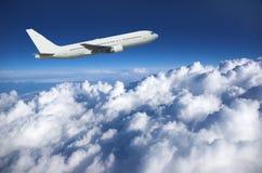 沿大云彩的班机 免版税库存照片