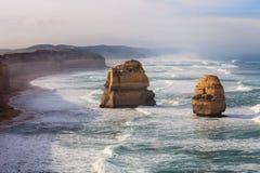 沿大洋路,维多利亚,澳大利亚的十二使徒岩 拍摄在日出 黎明雾 免版税图库摄影