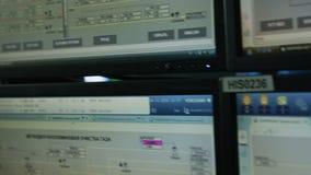 沿大现代显示器屏幕的特写镜头行动 股票视频