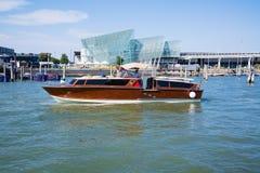 沿大运河的小船航行在威尼斯,意大利 免版税库存照片