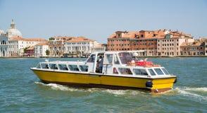 沿大运河的小船航行在威尼斯,意大利 免版税库存图片