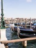 沿大运河被停泊的长平底船,威尼斯 免版税图库摄影