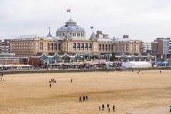 沿大道的Kurhaus有在前面的海滩斯海弗宁恩在荷兰 免版税图库摄影