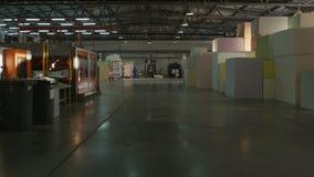 沿大仓库的行动有完成的泡沫橡胶块的 影视素材