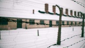 沿奥斯威辛比克瑙集中和灭绝阵营老生锈的铁丝网篱芭走 砖营房 影视素材