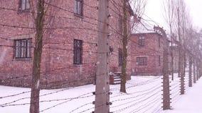 沿奥斯威辛比克瑙集中老生锈的铁丝网篱芭的Steadicam步行和灭绝野营 砖 影视素材
