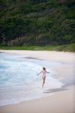 沿女孩塞舌尔群岛岸跳过 库存照片