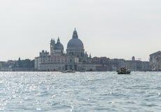 沿威尼斯岸的客船航行  库存照片