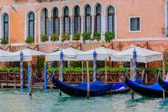 沿威尼斯意大利大运河的长平底船  库存图片