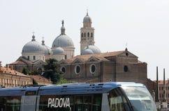 沿安东尼大教堂公共汽车帕多瓦运行st 免版税库存图片