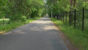 沿宽柏油路的自行车行动有地方骑自行车者的 股票视频