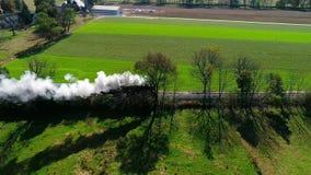沿寄生虫作为看见的门诺派中的严紧派的乡下的蒸汽客车喘气的烟 股票录像