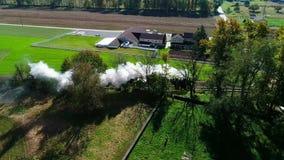 沿寄生虫作为看见的门诺派中的严紧派的乡下的蒸汽客车喘气的烟 股票视频