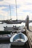 沿小游艇船坞的小船 免版税库存图片