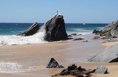 沿小船海岸线捕鱼岩石 库存图片