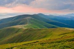沿山脉的足迹 夏天山横向 C 库存照片