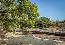 沿岩石小河 库存图片