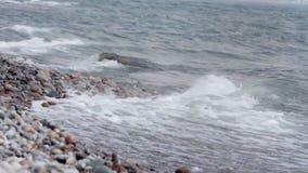 沿岩石岸的波浪崩溃 影视素材