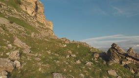 沿岩石峭壁的飞行在高原的史诗峭壁的脚在北高加索 空中保加利亚山摄影strandja 影视素材