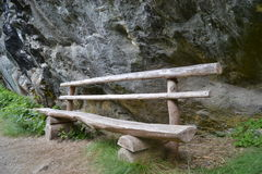 沿岩石的木长凳 库存照片
