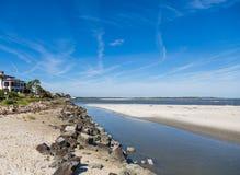 沿岩石防波堤的潮汐水池 免版税库存图片