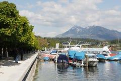 沿岸的小游艇船坞在琉森湖 免版税库存照片