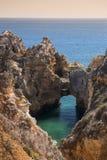 沿岸航行与峭壁在拉各斯在阿尔加威在葡萄牙 免版税图库摄影