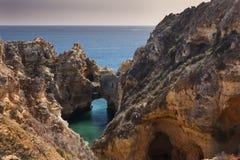 沿岸航行与峭壁在拉各斯在阿尔加威在葡萄牙 免版税库存图片