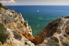 沿岸航行与峭壁在拉各斯在阿尔加威在葡萄牙 免版税库存照片