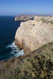 沿岸航行与峭壁在萨格里什在阿尔加威在葡萄牙 免版税图库摄影