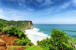 沿岸航行在Uluwatu寺庙,巴厘岛,印度尼西亚 免版税库存照片