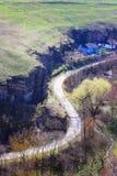 沿峡谷的一个弯曲道路 免版税库存图片