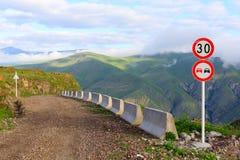 沿峭壁和路标的边缘的土路在高地谷的从小山的高度 Sagarejo地区 库存照片