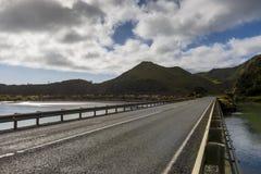 沿州际高速公路视图的柏油路从在新普利茅斯,新西兰的Mokau Rd 库存图片