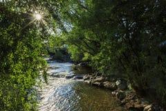沿巨石城小河的美好的风景 免版税库存照片