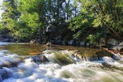 沿巨石城小河的美好的风景 库存照片