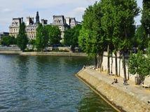 沿巴黎河围网 免版税库存照片