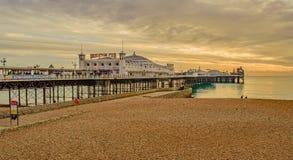 沿布赖顿码头在一冷的12月天 免版税库存照片
