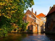 沿布鲁日运河的中世纪房子在秋天 库存图片