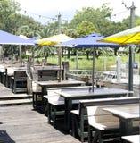 沿彭萨科拉海湾的室外餐馆就座 库存照片
